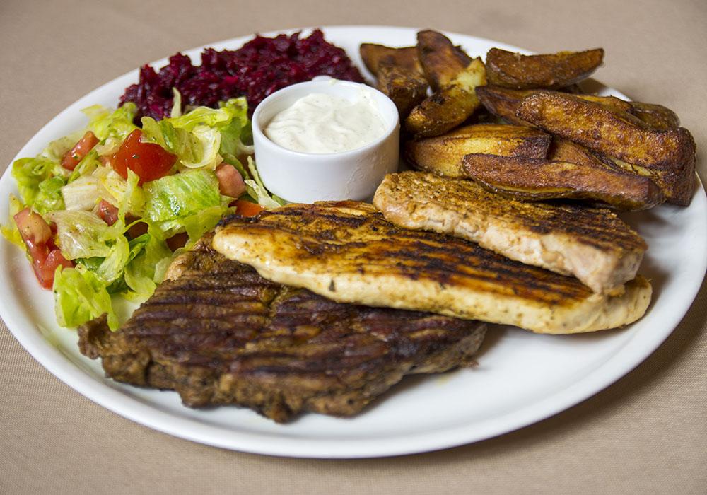Mięso z grilla w sosie i pieczonymi ziemniakami
